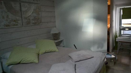 Beaumont-en-Auge, France: Das kleine Zimmer war sehr klein!