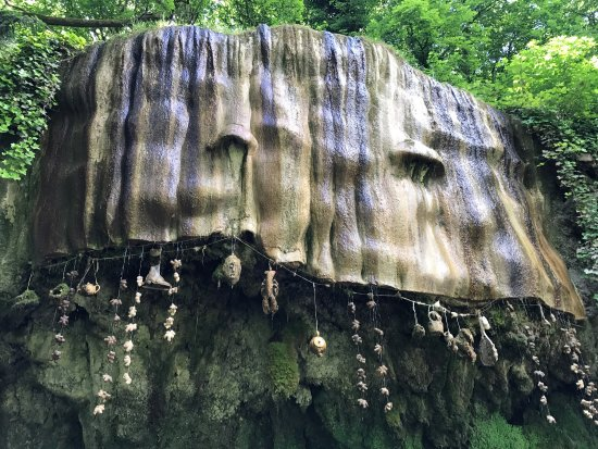 Mother Shipton's Cave and The Petrifying Well照片
