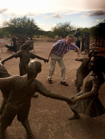 Tubac, AZ: Playing Ring-Around-The Rosey with an interactive sculpture