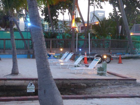 Sands of Islamorada Hotel: Deck chairs looking towards ocean at evening time