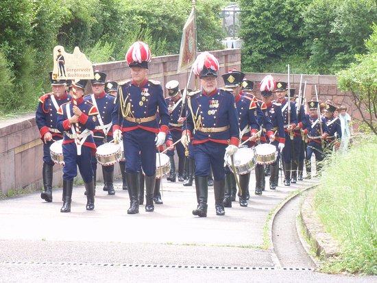 Gutach im Schwarzwald, Jerman: El desfile militar con uno de los bandos listo para entrar en combate.