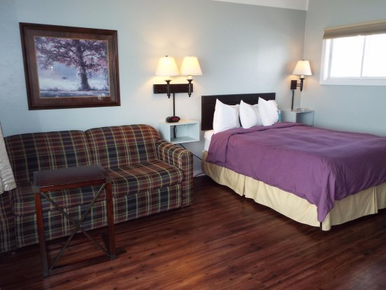 Baileys Harbor, WI: Room 104 is a lakefront unit with a Queen bed and sofa sleeper.