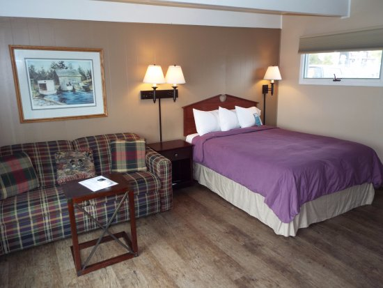 Baileys Harbor, WI: Room 112 has a Queen bed and a sofa sleeper