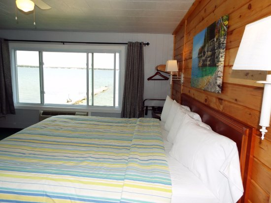 Baileys Harbor, WI: Room 203 is a lakefront room with a King bed.