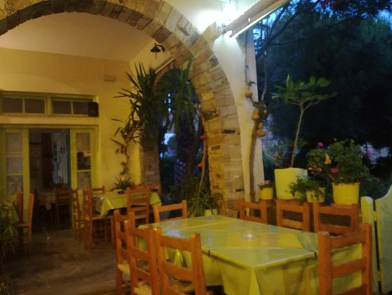Agios Romanos, Yunanistan: taverna