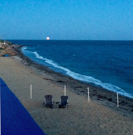 Tides Motel of Falmouth: Full moon rising from 2nd floor Tides deck