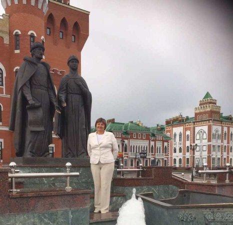 """Yoshkar-Ola, Rusia: Надпись на грамоте в руках князя Петра """" Мужья, любите своих жён. Жёны, повинуйтесь своим мужьям"""
