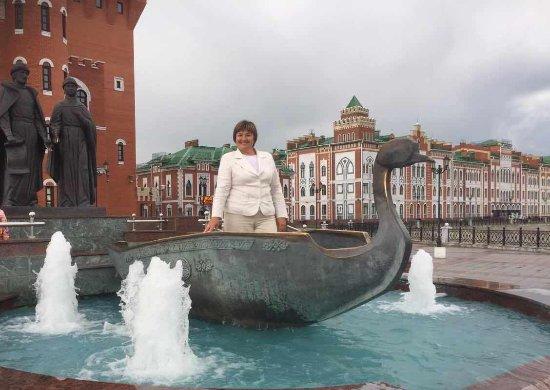 Yoshkar-Ola, Rusia: Частью скульптурной композиции является лодка.