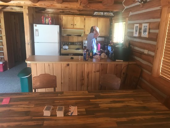 Alta Ranch: Table and well equipped kitchen