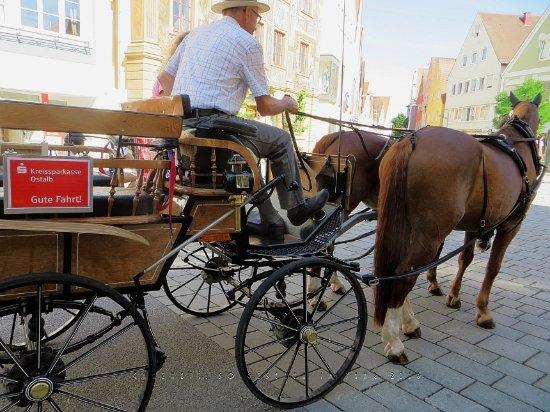 Ellwangen, Jerman: Die Kutsche für die Stadtrundfahrt.