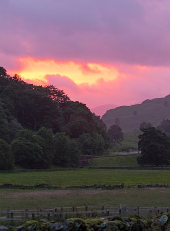 Thirlmere, UK: Sunset from just outside our room - the lodge in the vale