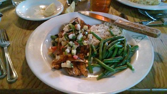 Alpine, Teksas: Fish special - redfish with cucumber pico, green beans and rice