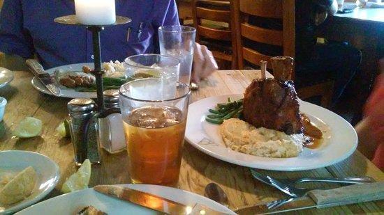 Alpine, Teksas: She had pork shank with peach molasses