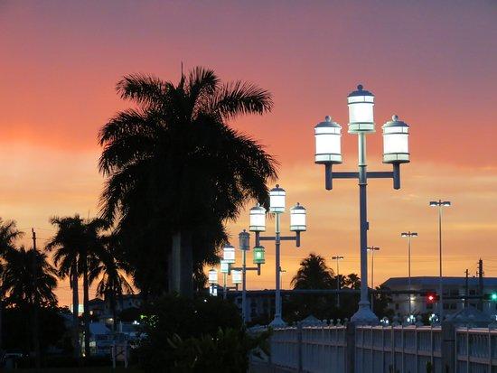 Naples Bay Resort: Bridge leading toward downtown