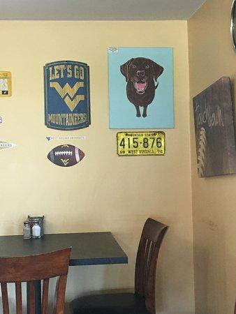 มาร์ตินส์บูร์ก, เวสต์เวอร์จิเนีย: Great dog artwork! These are local pets.