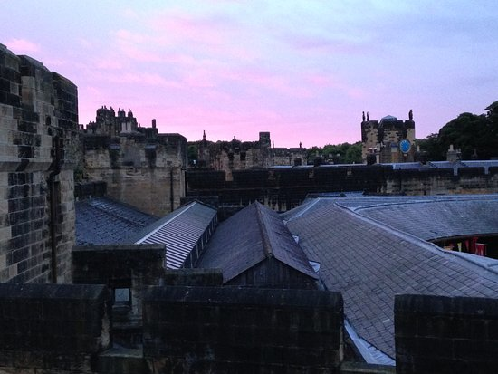 Castleview Bed & Breakfast: Sunrise over Alnwick castle rooftops