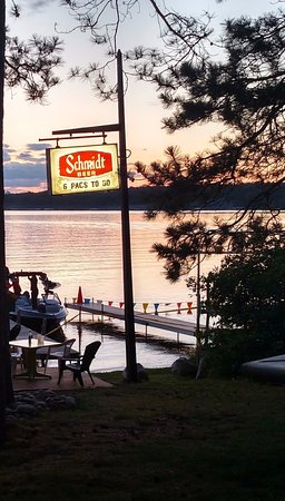 Crosslake, MN: Lakeside bar -- The Tiki Hut