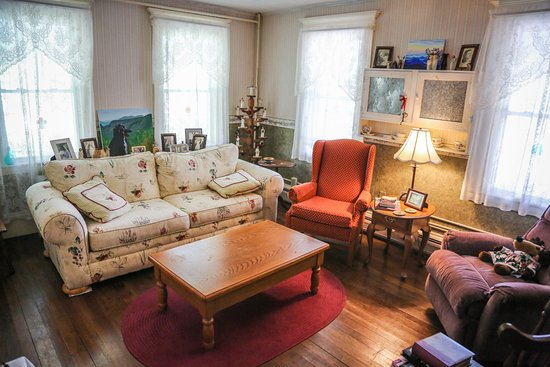 Shelburne, NH: Front sitting room