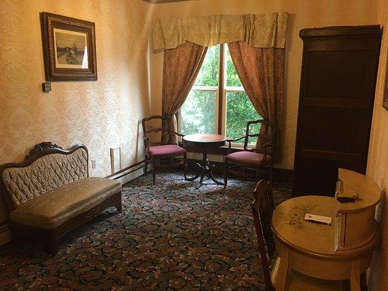 Inn at 2nd & C: Living room in room 22