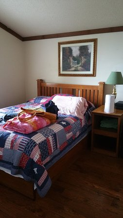 Carlyle, IL: Queen bedroom main floor
