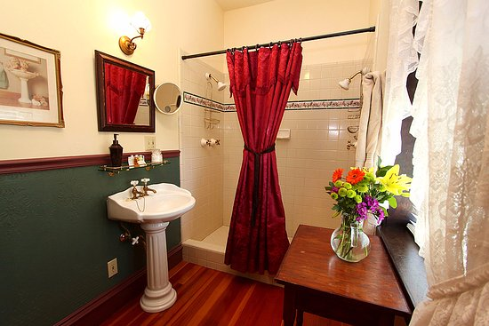 Jamestown, CA: Rooms 7, 10 and 11 have hand-tiled double walk-in showers!
