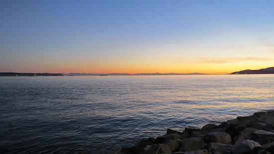 West Vancouver Seawall: Looking west...