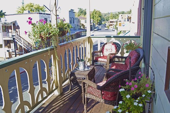 Jamestown, CA: Sip a glass of wine while you watch the world go by on our hotel balcony