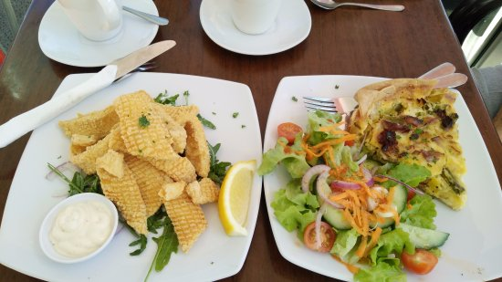 Coolum Beach, Australia: Calamari on rocket salad and fritata and salad - yummy