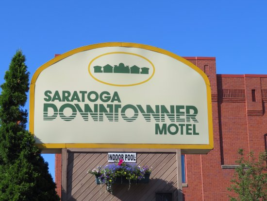 Saratoga Downtowner Motel: Hotel sign.