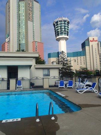 Comfort Inn Fallsview: outdoor pool