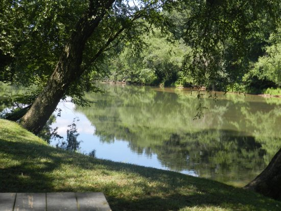 Morganton, Carolina del Norte: View from one of the outside dining decks of Judge's Riverside.