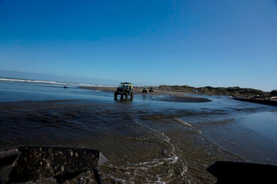 Wanganui, Nouvelle-Zélande : Crossing the creek on South Beach