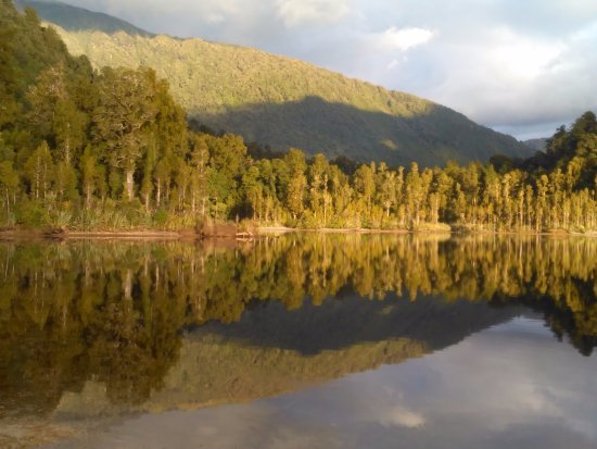 Hokitika, New Zealand: Lake reflections - shades of green