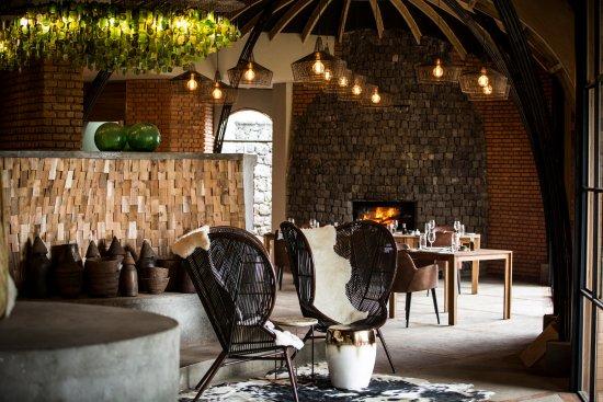 Northern Province, Ruanda: Dining Area at Wilderness Safaris Bisate Lodge