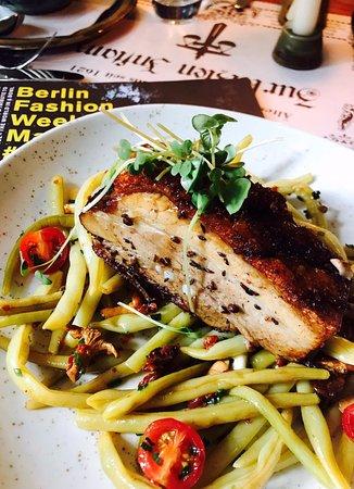 Zur Letzten Instanz: Von unserer Lunchkarte: Wachsbohnensalat mit Pfifferlingen,Tomaten und Schweinebauch