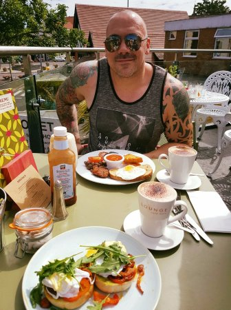 Grupo Lounge: Amazing mochas, best poached eggs and a healthy, yummy Grupo breakfast in the sunshine!