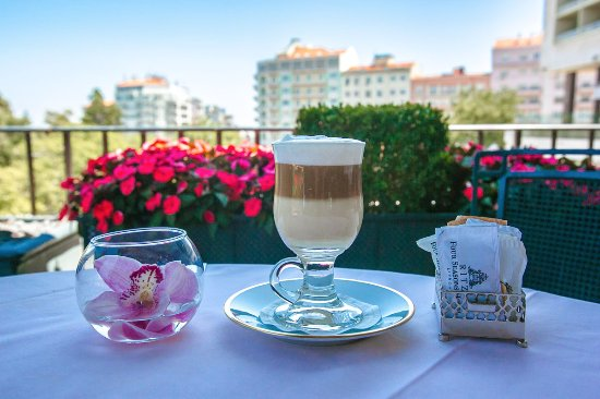 Four Seasons Hotel Ritz Lisbon: A masterful Latte Machiatto. What a way to start our day :)