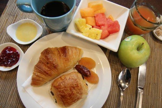Buc, France: Une assiette petit-déjeuner, bon appétit !