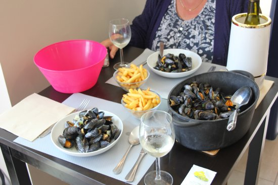 Au comptoir de la baie: Our meal.......the frites were excellant, and the moules even better.