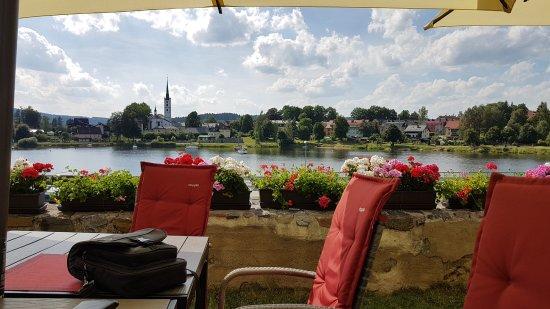 Pohled ze zahradní restaurace hotelu Leyla na Frymburk