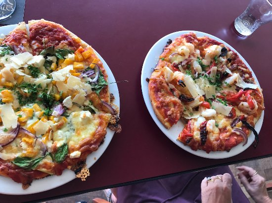 Proserpine, Australia: Garlic prawn pizza, vegetarian pizza.