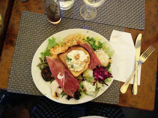 Le bistrot de Tatie Agnes: Salade La Gourmande (aubergines, fromage de chèvre frais et miel, jambon cru, emmental, légumes