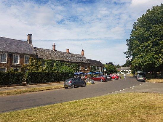 Adderbury, UK: Pub opposite the village green (plenty of parking)