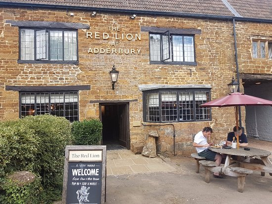 Adderbury, UK: Outside the Red Lion