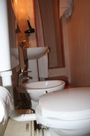 Hotel Ariston : Etroite mais très propre et fonctionnelle