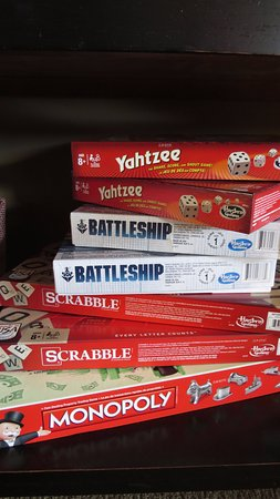 Travelway Inn Sudbury: Unwind with Family in the Pauza Den and enjoy a selection of board games!