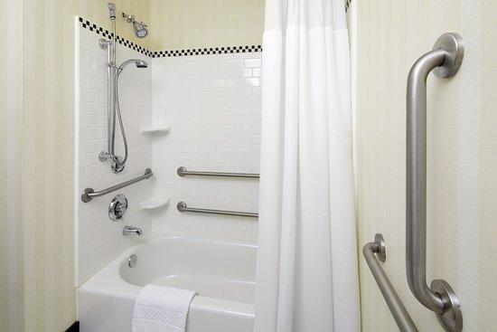 Cumberland, Maryland: Accessible Guest Bathroom - Tub
