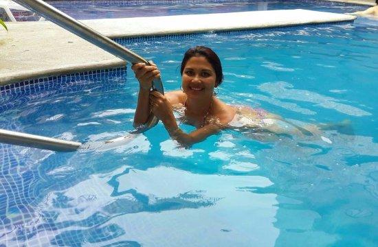Birri, Costa Rica: la piscina del hotel como pueden notar impecable tanto el agua como sus alrrededores, lindo luga