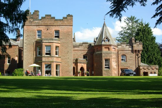 Auldgirth, UK: hotel front from lawns