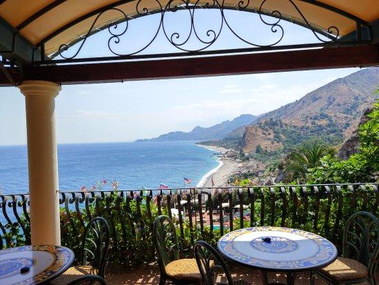 Hotel Baia Taormina : The bar above the pools